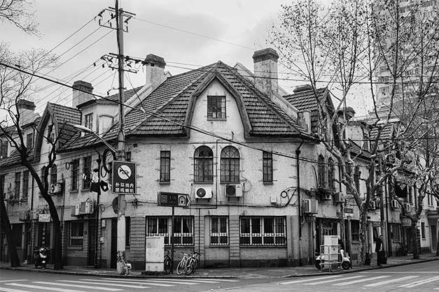 black and white street corner house street photography tip architecture